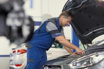 Hyundai servicetekniker sjekker motor. Foto.