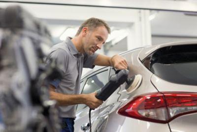 Ekspert serwisowy ASO Hyundai poleruje samochód