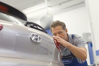 Ekspert serwisowy ASO Hyundai sprawdza stan lakieru na nadwoziu
