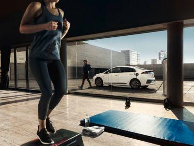 Imagen del nuevo IONIQ Híbrido en la calle.