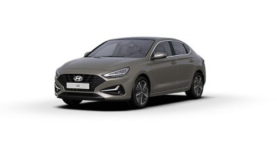 Vista frontal y lateral del nuevo Hyundai i30 Fastback en color Silky Bronze Brown.