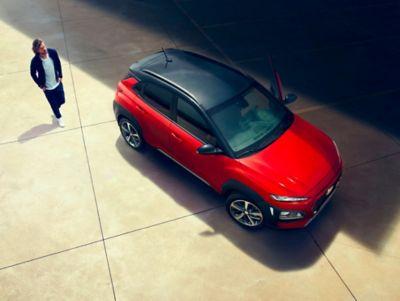 Immagine di uomo che cammina verso Hyundai KONA vista dall'alto