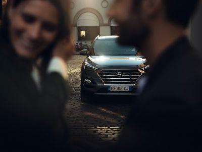 Immagine di una coppia di fronte a Hyundai Tucson