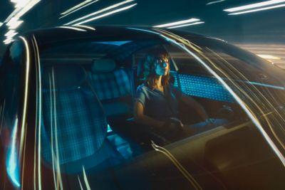 Szybko jadący samochód Hyundai na tle miejskich świateł