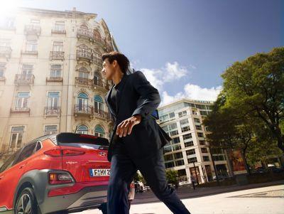 Mężczyzna przychodzący za samochodem zakupionym z programu Hyundai Promise