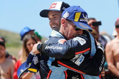 Kierowca Hyundai Motorsport Dani Sardo i pilot Carlos del Barrio przytulają się świętując zwycięstwo