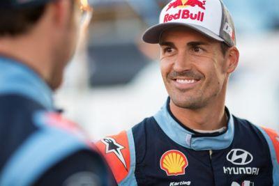 Zbliżenie na uśmiechniętego kierowcę Hyundai Motorsport Dani Sardo