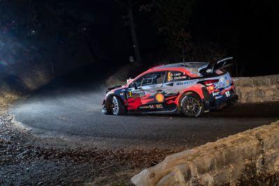 Hyundai i20 Coupe WRC na ostrym zakręcie na wąskiej drodze