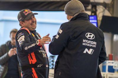 Pilot Hyundai Motorsport Daniel Elena żartuje z mężczyzną w kurtce Hyundai N