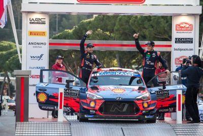 Pilot i kierowca Hyundai Motorsport Thierry Neuville i Nicolas Gilsoul stoją i machają przy samochodzie