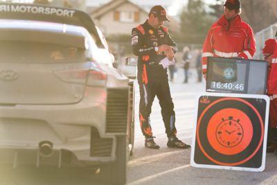Pilot Hyundai Motorsport Daniel Elena patrzy na zegarek