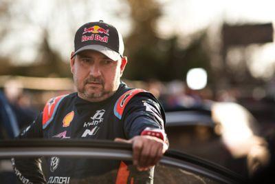 Pilot Hyundai Motorsport Daniel Elena stojący przy drzwiach samochodu.
