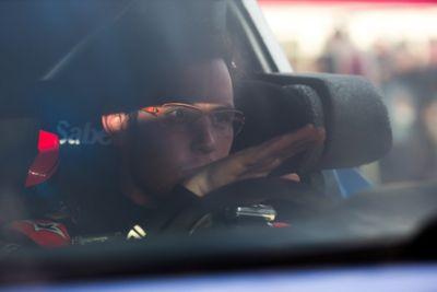 Kierowca Hyundai Motorsport Thierry Neuville siedzący za kierownicą