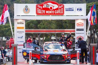Hyundai i20 Coupe WRC z otwartymi drzwiami na Rajdzie w Monte Carlo 2020