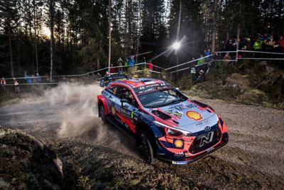 Hyundai i20 Coupe WRC wykonujący drift na tle wpatrzonych fanów