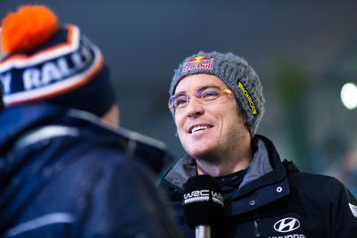 Kierowca Hyundai Motorsport Thierry Neuville podczas wywiadu