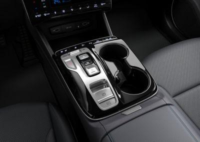 Przyciski zmiany biegów i ergonomiczny podłokietnik w nowym SUV-ie Hyundai TUCSON Plug-in Hybrid.