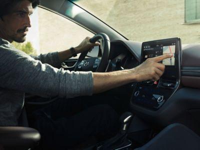 En mann sjekker rute i Hyundai IONIQ. Foto.