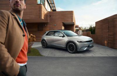 Hyundai IONIQ 5 parkert i oppkjørselen til en familie. Foto.