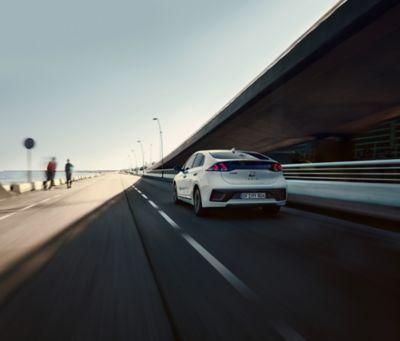 Imagen del IONIQ Híbrido visto por detrás.