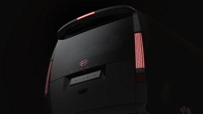 Pohled na zadní sdružené svítilny Hyundai Staria.