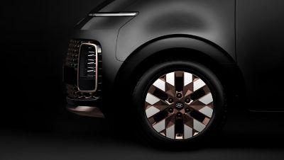 Detailní pohled na vyjímečný design 18palcových kol Hyundai Staria.