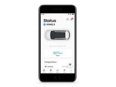 Detail aplikace Hyundai Bluelink se stavem nabíjení na obrazovce.