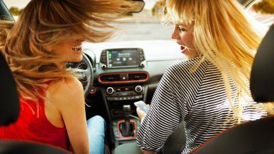 Immagine di ragazze all'interno di Hyundai KONA
