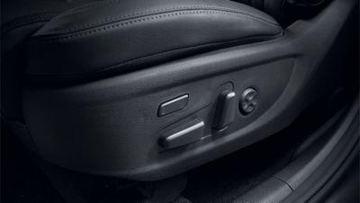 Pohled na přední sedadla nového modelu Hyundai Santa Fe Hybrid elektricky nastavitelná v 8 směrech.