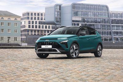 De nieuwe BAYON, de compacte crossover-SUV van Hyundai, bij een oversteekplaats.