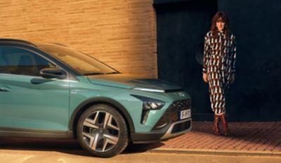 De stijlvolle lichtmetalen 16- of 17-inchwielen van de Hyundai BAYON, de nieuwe, compacte crossover-SUV.