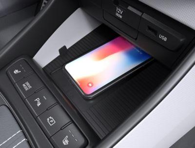 Draadloos opladen via de pad in de middenconsole in de Hyundai BAYON, de nieuwe, compacte crossover-SUV.