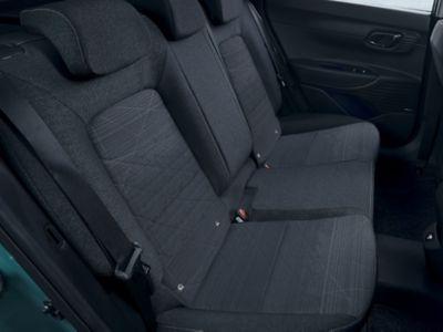 Interieur met zwarte stoffen stoelbekleding in de Hyundai BAYON, de nieuwe, compacte crossover-SUV.