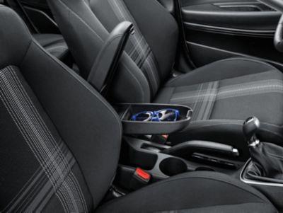 Interior del Hyundai BAYON con reposabrazos ajustable con espacio de almacenamiento.