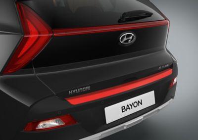 Línea decorativa del parachoques trasero del Hyundai BAYON en color rojo.