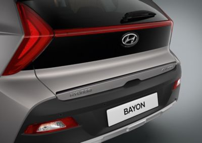 Acabado del portón trasero del Hyundai BAYON en color negro.