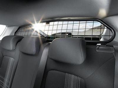 El protector para perros Hyundai BAYON encaja perfectamente entre los respaldos de los asientos traseros y el techo.