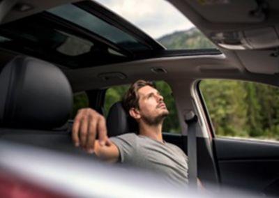 Mężczyzna siedzący w samochodzie  Hyundai.