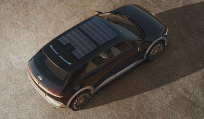 Solcelletaket på elbilen Hyundai IONIQ 5 Project 45 crossover. Foto.