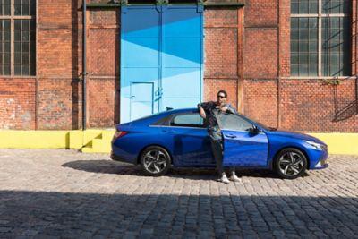 Nowy Hyundai Elantra pokazany z tyłu zaparkowany na ulicy.