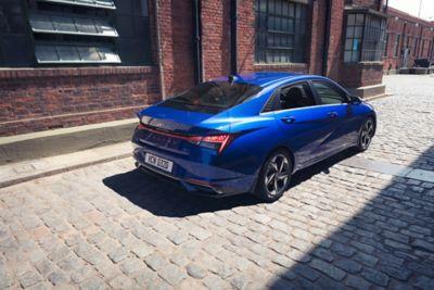 Nowy Hyundai Elantra pokazany z tyłu zaparkowany na ulicy – tylne światła w kształcie litery H.