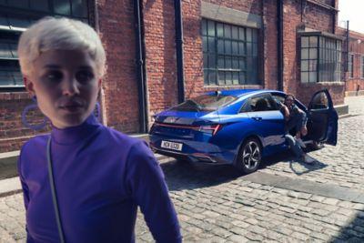 Film przedstawiający Nowego Hyundaia Elantra jadącego ulicami miasta, podkreślający oferowane funkcje bezpieczeństwa.