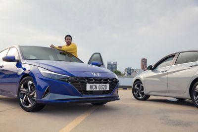 Film przedstawiający Nowego Hyundaia Elantra jadącego ulicami miasta, pokazujący funkcję bezprzewodowego ładowania smartfona.