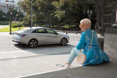 Nowy Hyundai Elantra pokazany z boku zaparkowany na ulicy.