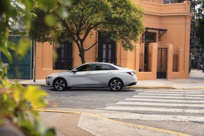 Nowy Hyundai Elantra pokazany z boku zaparkowany na ulicy – widoczny parametryczny wzór klejnotu.