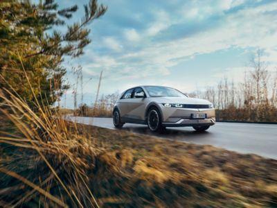 Hyundai IONIQ 5 percorre una strada di campagna