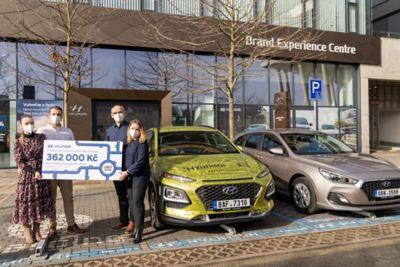 Nadační fond Radost Dětem s šekem vedle vozu Hyundai Kona