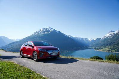 Hyundai IONIQ Electric foran en norsk fjord. Foto.