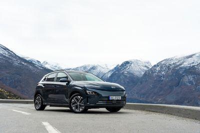 Hyundai KONA Electric i norsk fjellandskap. Foto.
