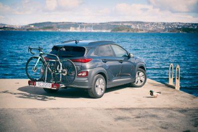 Elbilen KONA Electric med tilhengerfeste og sykkelstativ. Foto.